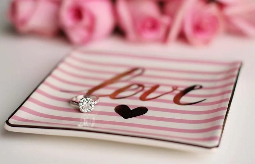 offrir une bague en diamant à l'occasion d'un anniversaire de mariage